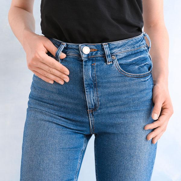 Frau posiert in Jeans